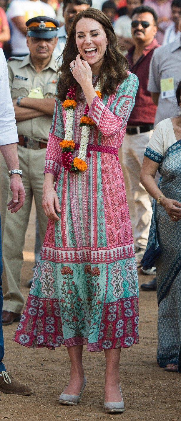ムンバイ出身のデザイナー、アニータ・ドングルのドレスも着用