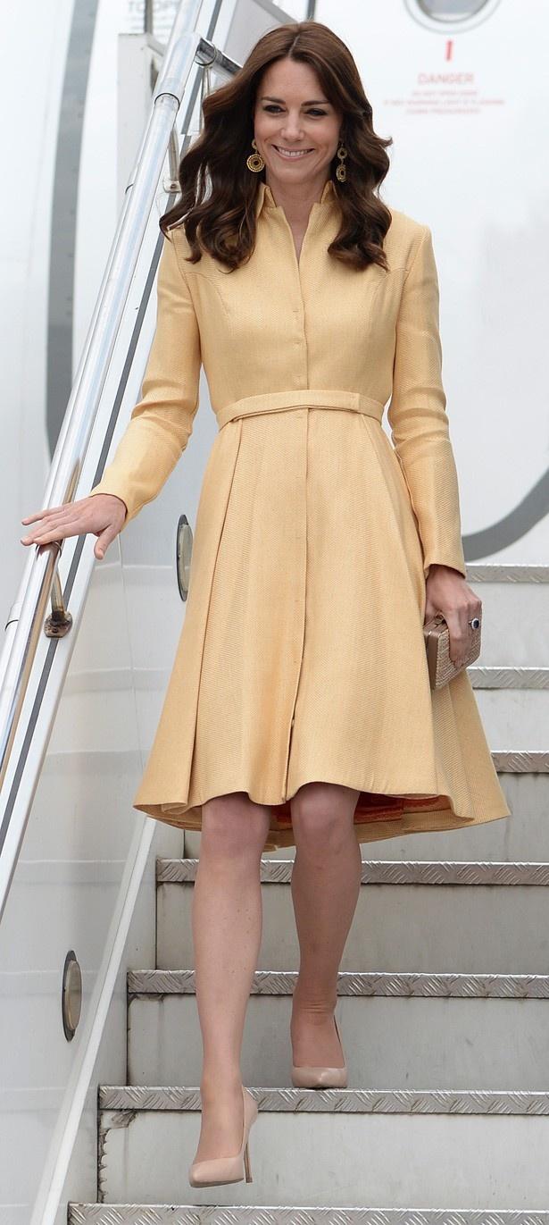 【写真を見る】エミリア・ウィックステッドのバターイエローのドレス姿でブータンに降り立つキャサリン妃。ほかのファッション写真はこちら