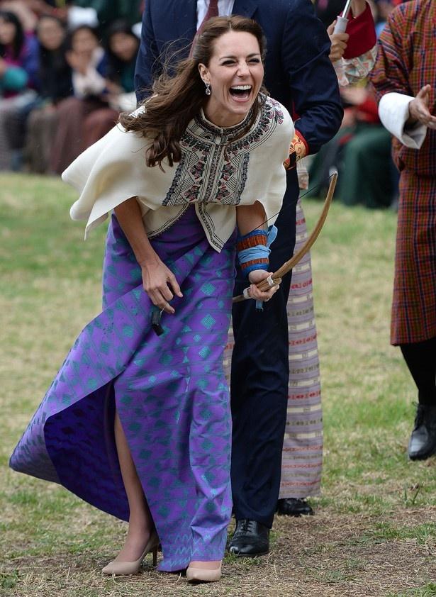 アーチェリーレッスンではブータンの伝統的なブルーのドレスを着用
