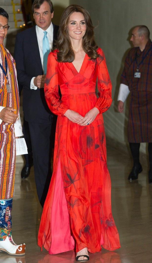 レセプションでは、ブータンの国花ブルーポピーがあしらわれたドレスで登場