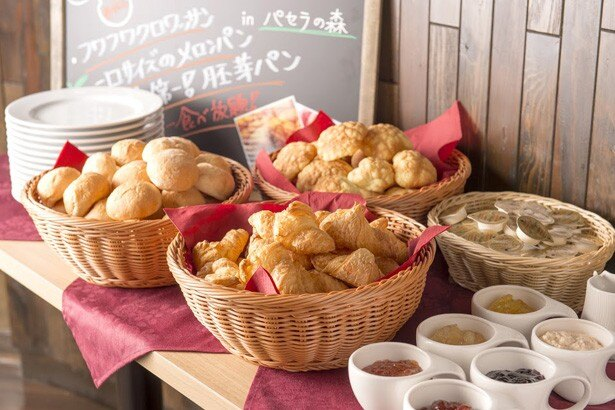 朝食ブッフェでは数量限定の「TKG」のほか、焼き立てパンなども豊富