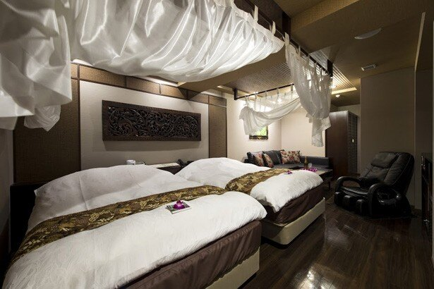 プラチナルームにはダブルベッド2つ、ソファベッドを完備したバリ風デザインルーム。専用のテラスルームもある