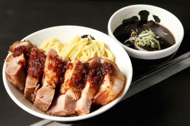 「厚切りローストポークつけ麺」(1410円)。約200gの肉が載るぜいたくな一品