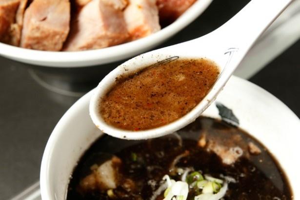 黒は、濃厚な豚骨スープとマー油の相性が抜群。胃袋にガツンと来るインパクトがある
