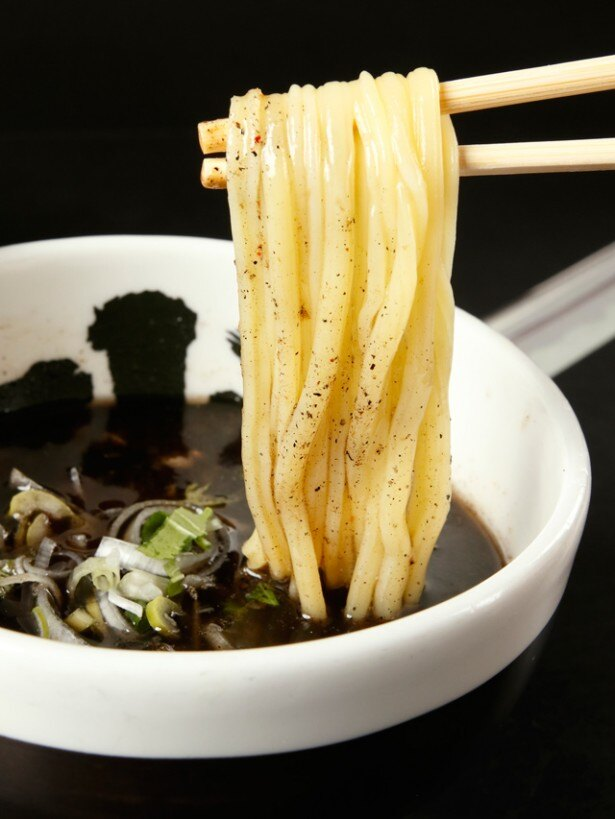 麺屋武蔵グループの店の中でも、スリットの入った麺を使うのは「武骨相傳」だけ