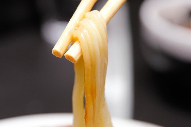 よく見ると麺に沿って縦に切れ込みが入っている