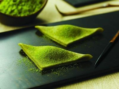 北海道小豆を合わせたお抹茶餡を抹茶生地で包んだ「辻利 生八ッ橋」