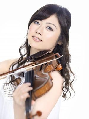 式典でバイオリンを披露する松尾依里佳