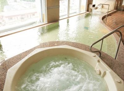 【写真を見る】大江戸温泉物語ならではのアミューズメント感あふれる大浴場
