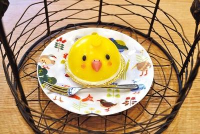 かわいいことりが描かれているケーキ(864円)などのカフェメニューがそろう/ことりカフェ心斎橋