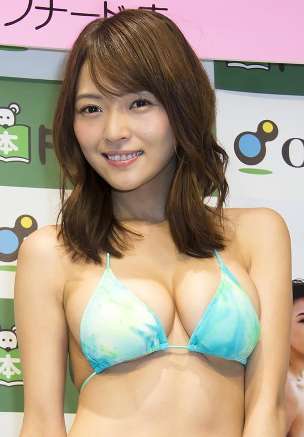 ファースト写真集発売イベントに出席した伊藤しほ乃