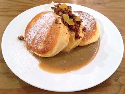 【写真を見る】自家製のアップルシナモングラノーラがアクセントの「紅茶ミルクパンケーキ 自家製グラノーラがけ」(税抜1350円)