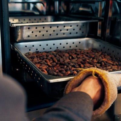 【写真を見る】焙煎したてのカカオ豆は、カカオ本来の味わいが楽しめる