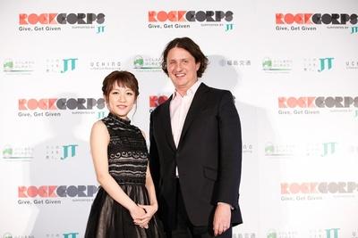 """3年連続3回目の開催が発表された「RockCorps supported by JT 2016」 。CEOであるスティーブン・グリーン氏(写真右)と日本初の""""公式アンバサダー""""として就任する高橋みなみ(写真左)"""