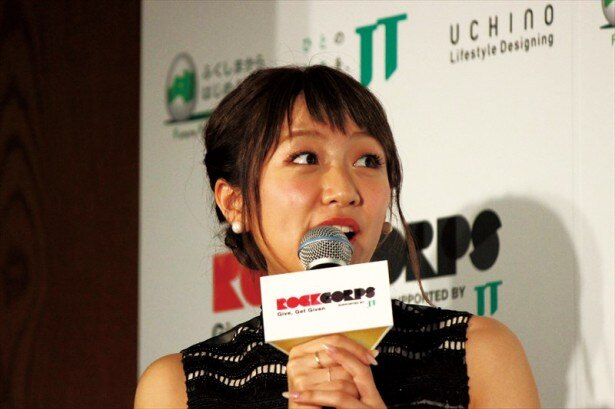 【写真を見る】ライブイベントにて歌姫カーリーとのコラボを提案され、驚くたかみな