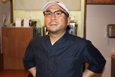 【写真を見る】日本のクラブシーンの第一線に立ち続け、欧州からアジアまで海外公演も多数行う須永氏