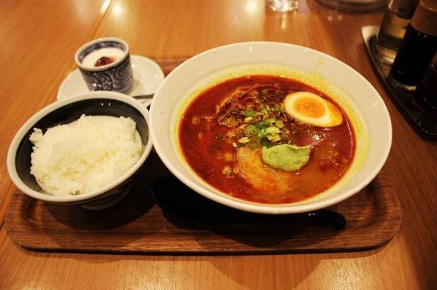 名古屋コーチンと鶏白湯のブレンドスープと、10種類以上のスパイスが入った香味油が絶妙な「華麗(カリー)なるスパイスそば 初夏の香」(980円)