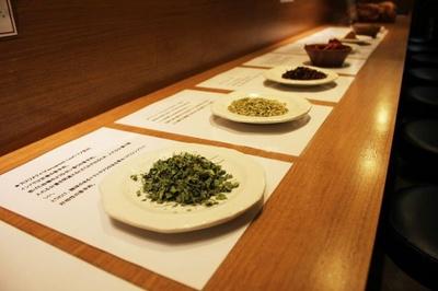 スパイスは、須永氏が使用するものを選び、直久のシェフが量を調合したという。カスメリティ(写真手前)は、インドでは定番の香辛料だが、日本で使われることは少ない