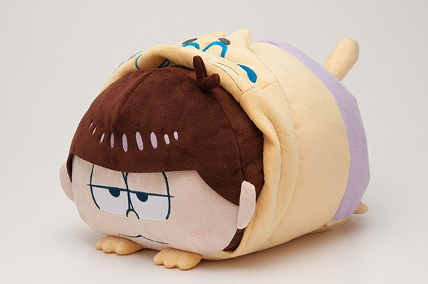 「おそ松さん」の一松が、抱っこにちょうどいいサイズのクッションに!
