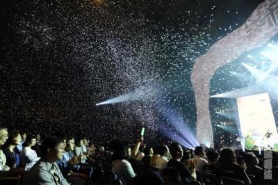 【写真を見る】大量の紙吹雪に会場のボルテージは最高潮に!