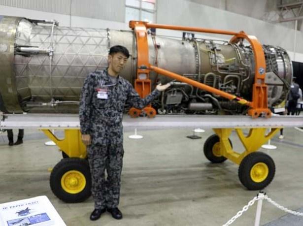 現役戦闘機「F-15J/DJ」のジェットエンジンをPRする航空自衛隊の広報担当者