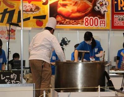 ネット視聴者が指定した具材をどんどん追加し、オリジナルカレーを作る「差し入れ大鍋カレー」