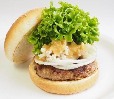 松阪牛100%使用パティと三重県産のはなびらたけを使った「PREMIUM 松阪牛バーガー」(税別1000円)