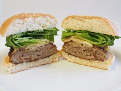 【写真を見る】ボリューム満点!PREMIUM 松阪牛バーガーの断面