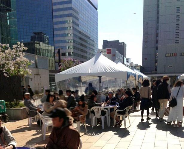 【写真を見る】まだまだ寒い日もある北海道。会場には、ビニールテントやストーブを完備!寒くなったら、暖かなテントの中でビールを楽しもう