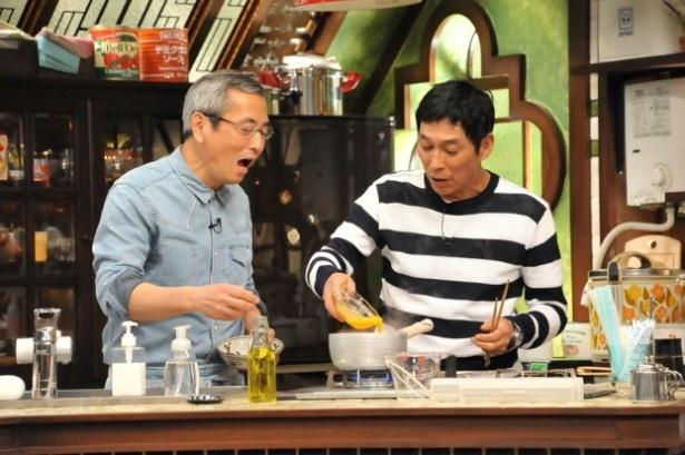 「さんまのまんま」に料理研究家・土井善晴(左)が登場。明石家さんま(右)が土井のレシピに挑戦する