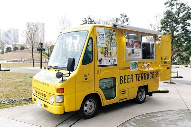 GOOD MORNING CAFE 品川シーズンテラス。ビールやサイドメニューは黄色のオリジナルバスでオーダーできる