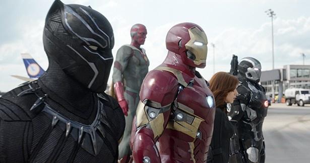 """チーム""""アイアンマン""""にはアイアンマンを筆頭に、ブラックパンサーやブラック・ウィドウ、ウォーマシンらが合流"""