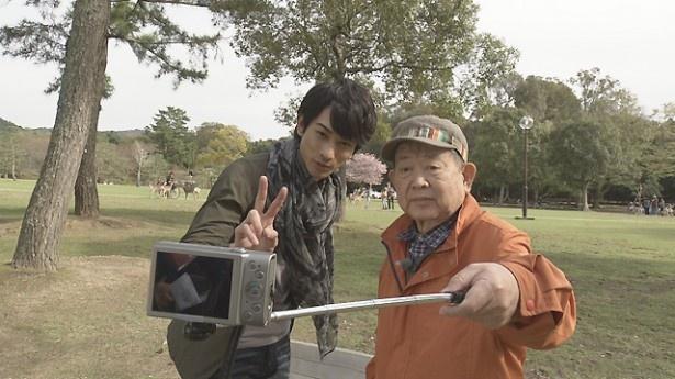 """実際に""""日本最古の自撮り棒""""を試してみることに"""