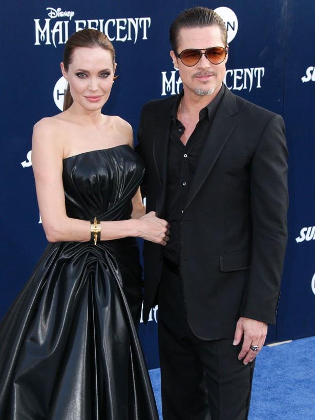 【写真を見る】『マレフィセント』プレミアで黒いドレスとスーツに身を包んだアンジー&ブラピ