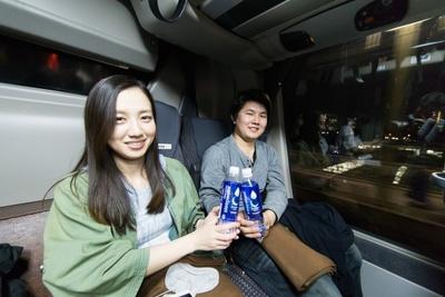 車内では、「グラソー スリープウォーター」を乗客らが試飲。「体がすっと落ち着く香り」「おいしい!」とさっそく好評のようだ