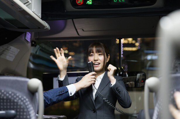監修者の睡眠エキスパート、松中みなみ氏が乗客達に眠りをよくするエクササイズを伝授