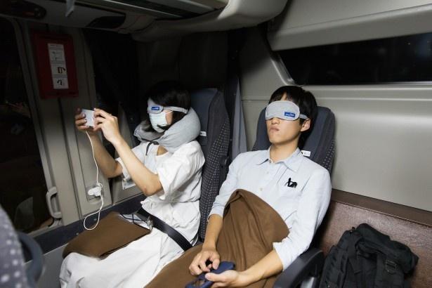 さっそく熟睡する乗客の姿も!オリジナルのアイマスクは、ゴムでできており長時間付けても痛くない。ふわっと柔らかに目元を包んでくれる