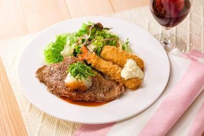 やわらかく薄切りにしたサーロインを彩り豊かな野菜とともにサラダ感覚で楽しめる「薄切りサーロイングリルとミックスフライのサラダ仕立て」(税抜999円)