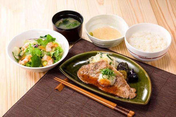薄切りサーロイングリルと、とろろご飯、エビのミニサラダで味わい豊かな「薄切りサーロイングリルととろろご飯和膳」(税抜1199円)