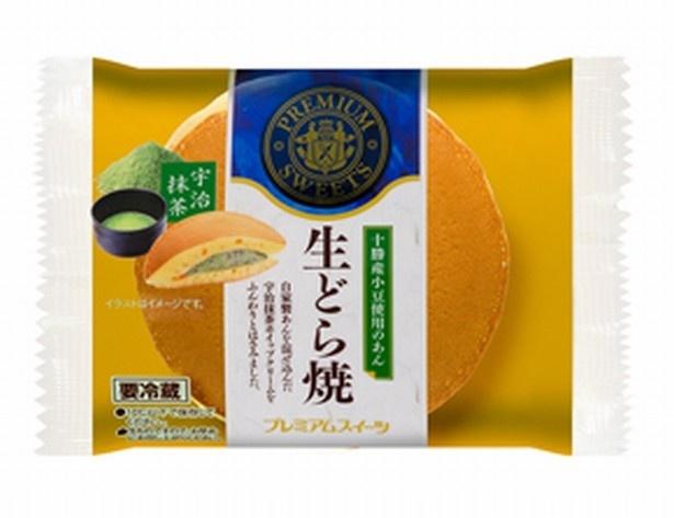 【写真を見る】こちらは宇治抹茶と北海道十勝産小豆つぶあん入りの「生どら焼(宇治抹茶)」(オープン価格)