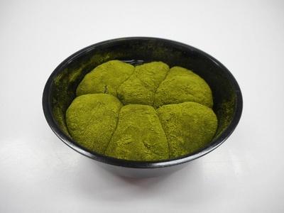 わらび餅で黒蜜を包み、抹茶粉をまぶした「シェリエドルチェ 黒蜜を包んだ抹茶わらび餅」(230円)は6月7日(火)発売