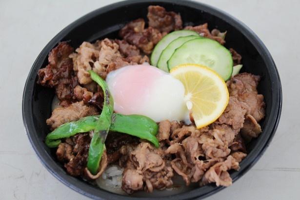 【写真を見る】白水乃蔵の「阿蘇のあか牛丼」(2000円)。ご飯が見えないほど牛肉が贅沢に乗り、ボリューム満点!噛み締めるほどに旨味が広がる