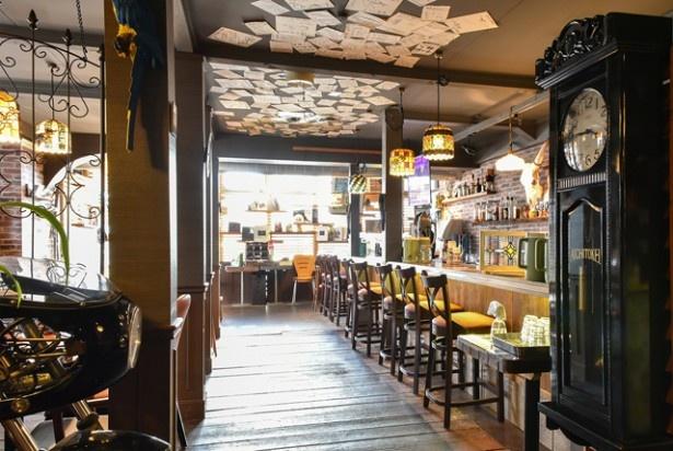 店内は古木の床とレンガ調の壁が印象的などこかレトロでノスタルジックな雰囲気
