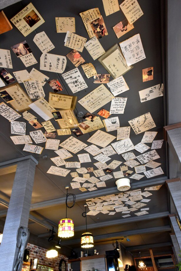 店の天井には、これまでの挑戦者たちからのメッセージが