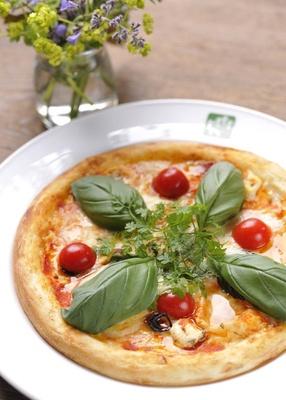 「ガーデンカフェ ラウラウ」のおすすめは、近隣で採れた新鮮な牛乳を使用し、施設内の工房で作られたチーズをのせた「ピザ」(単品1100円、ミニサラダ・ドリンク付きで1450円)