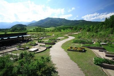 ファーム・ガーデンから、メドウ・ガーデン、さらにア―ス・ガーデン、日高山脈を望む、広大な北海道ガーデン「十勝千年の森」