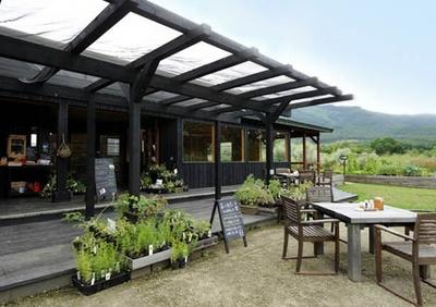 キッチンガーデンを眺めながら、お茶や食事が楽しめる「ガーデンカフェ ラウラウ」