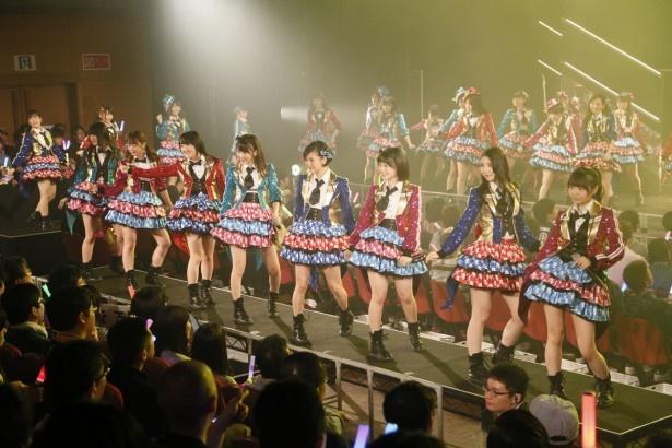メインステージの他にもお立ち台(写真)や花道が設置され、多くの観客が目の前でメンバーが見られるように