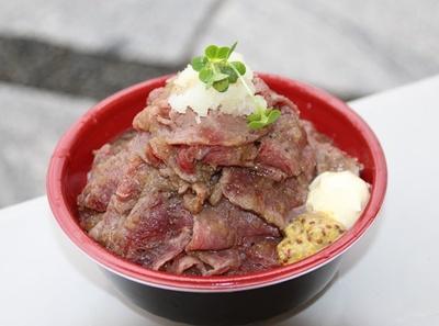 【写真を見る】まさに肉のエアーズロック!味、ボリューム共に大満足の「エアーズロックサーロイン丼」(1500円)