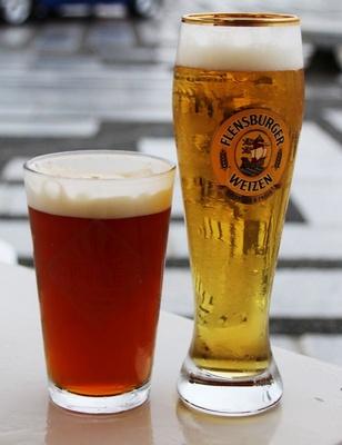 濃厚な味わいの「IPA(インディアンペールエール)」(写真左・1200円)と、豊かなコクを特徴とする春限定ビール「フリューリングボック」(写真右・1200円)